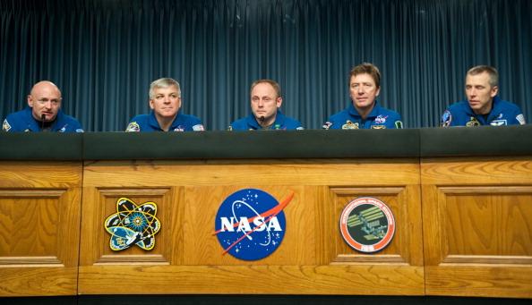 Экипаж шаттла «Индевор» на пресс-конференции в Космическом центре Кеннеди: (слева направо) Марк Келли, пилот Грегори Джонсон, Майкл Финк, Роберто Виттори, Эндрю Фейстел. Фото: NICHOLAS KAMM/AFP/Getty Images