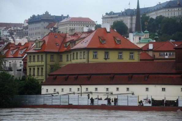 Чешские военные строят барьеры для защиты от паводков. Фото: MICHAL CIZEK / AFP / Getty Images