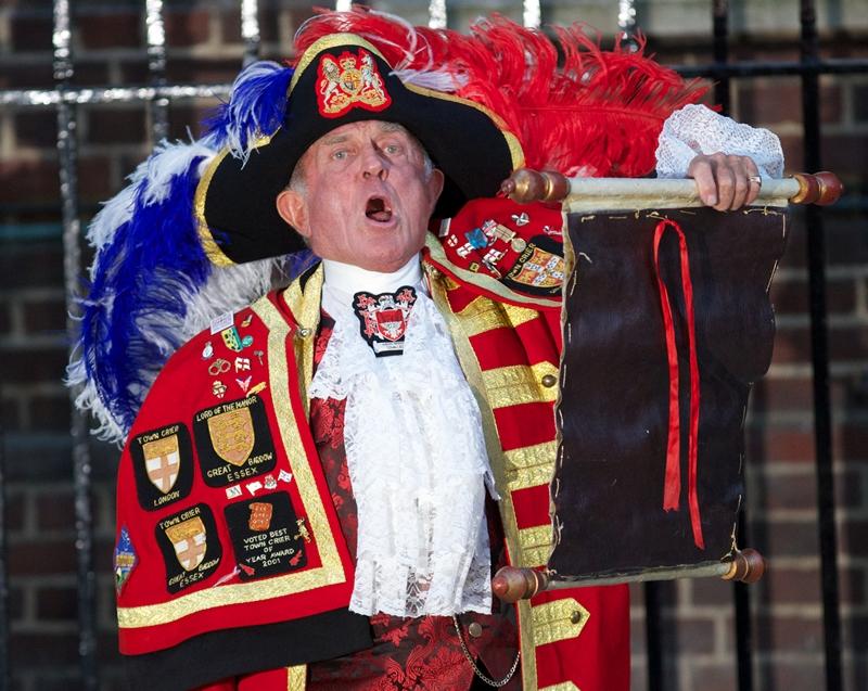 Лондон, Англия, 22 июля. Глашатай объявляет возле крыла Линдо госпиталя святой Марии о рождении у герцога и герцогини Кембриджских наследника британской короны. Фото: ANDREW COWIE/AFP/Getty Images