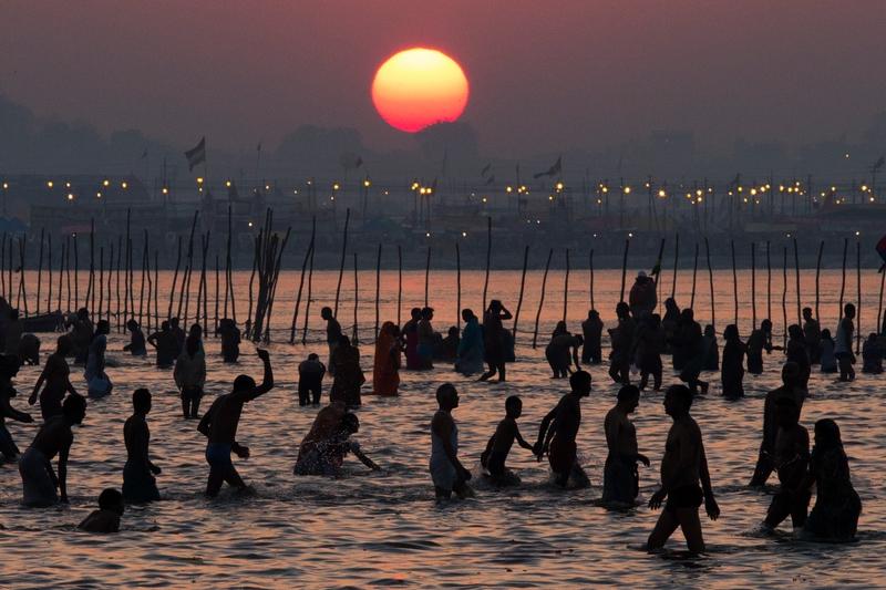 Аллахабад, Індія, 9 лютого. Індуси купаються в Сангамі, місці злиття трьох річок — Гангу, Ямуні та Сарасваті на святі «Маха Кумбха-мела» (свято глечика). Фото: Daniel Berehulak/Getty Images