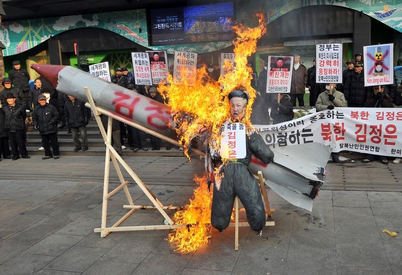 Сеул, Південна Корея, 13грудня. Демонстранти спалюють картонну модель ракети і ляльку північнокорейського лідера на знак протесту проти запуску сіверянами ракети із супутником на борту. Фото: JUNG YEON-JE/AFP/Getty Images