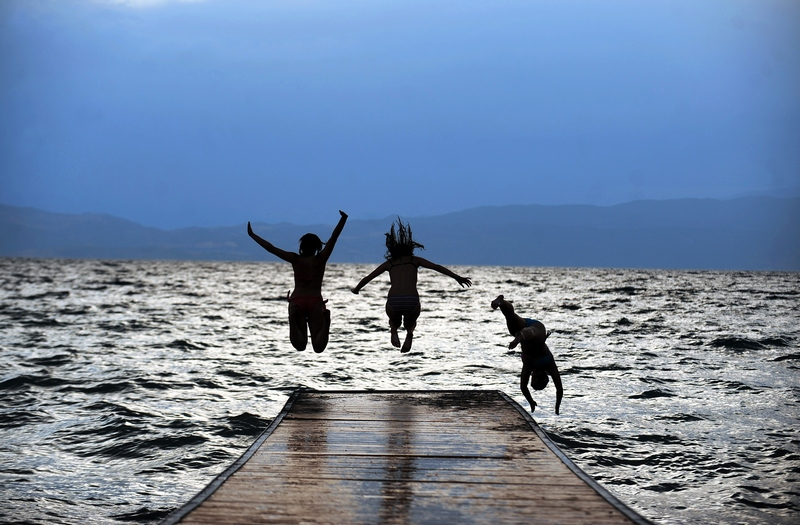 Охридское озеро, Македония, 12 июля. На Балканы пришла 40-градусная жара. Фото: ROBERT ATANASOVSKI/AFP/GettyImages