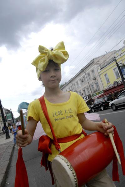 Юний барабанщик у параді послідовників Фалуньгун у Києві 8 липня 2008 року. Фото: The Epoch Times