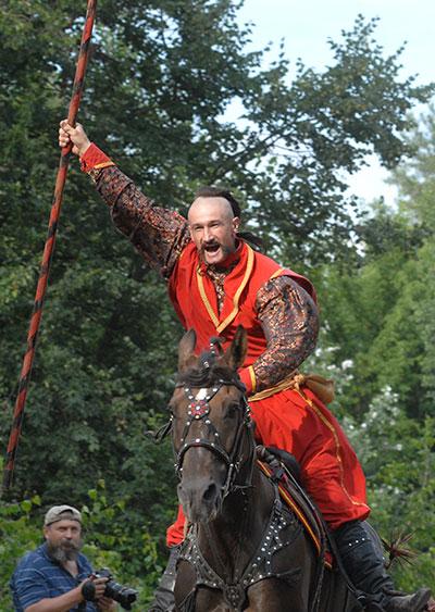 Козаки і кримські татари влаштували лицарський турнір на Мамаєвій Слободі, 19 червня 2010. Фото: Володимир Бородін/The Epoch Times