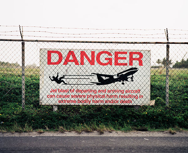Вот такое предупреждение для тех, кто хотел бы испытать на себе силу взлетной тяги. Фото: thomasprior.com