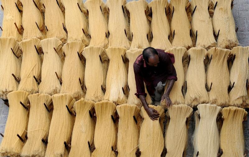 Лахор, Пакистан, 24 июля. Рабочий изготавливает вермишель для праздника Рамадан. Фото: Arif Ali/AFP/GettyImages