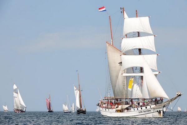 Голландская трехмачтовая шхуна Лотлориен (Loth Lorien). Судно построено в 1907 году в норвежском Бергене, использовалось для ловли сельди. В 1989 году была отреставрирована и перестроена в двухмачтовую прогулочную шхуну. Фото: Archiv Hanse Sail Rostock