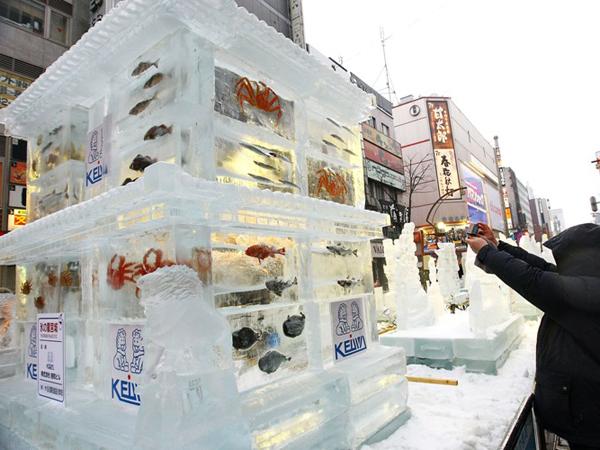 Ледовые скульптуры с замороженной рыбой, 60-й Snow Festival в Саппоро. Фото: Junko Kimura / Getty Images