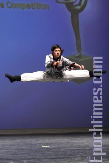 Джейсон Ши исполняет одно из движений, необходимых для участия в Международном конкурсе китайского классического танца, организованного телевидением «Новая Династия Тан» (ТВ НДТ). Фото: Ма Ючжи/Великая Эпоха