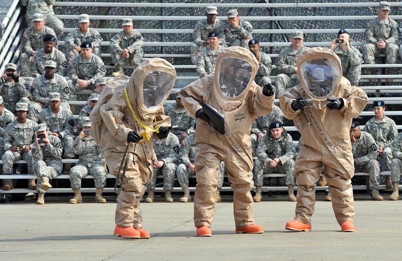 Військовий табір Стенлі, Південна Корея, 4 квітня. Солдати 23-го хімічного батальйону США демонструють спорядження, призначене для захисту від хімічної зброї. Фото: JUNG YEON-JE/AFP/Getty Images