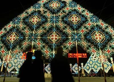 Різдвяні декорації навпроти будівлі міської ради у Сеулі. Фото: Чун Сун Жун/Getty Images