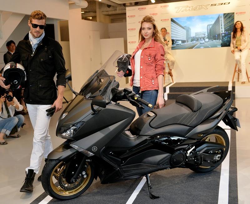 Токио, Япония, 8 июня. Компания «Ямаха» представила обновлённый макси-скутер «Tmax 530». Скутеры серии «Tmax» пользуются огромной популярностью в странах Европы. Фото: YOSHIKAZU TSUNO/AFP/Getty Images