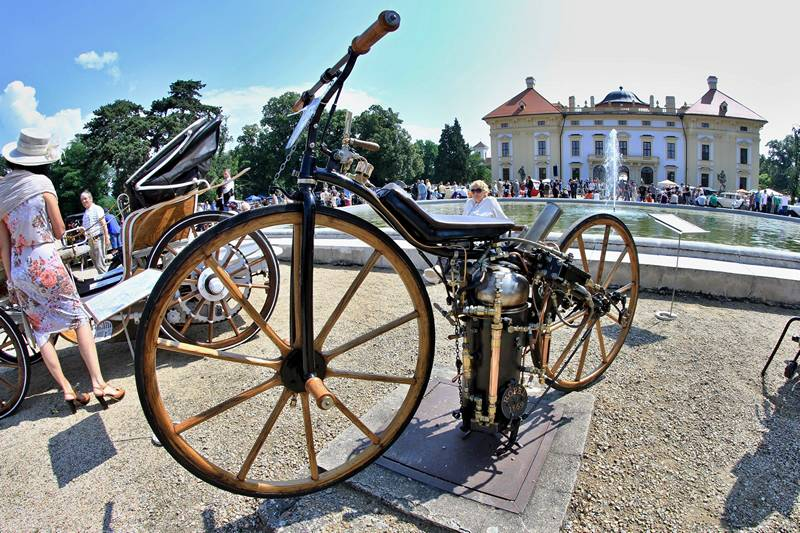 Брно, Чехия, 29 июня. Экземпляр мотоцикла, созданного в 1868 году американцем Сильвестром Роупером, представлен на 20-м фестивале старинных автомобилей и мотоциклов. RADEK MICA/AFP/Getty Images