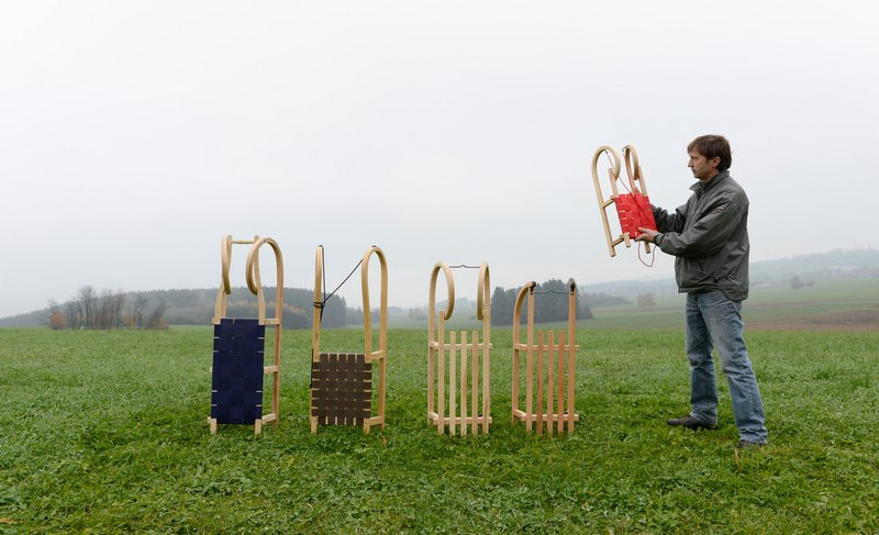 Бьоен, Німеччина, 12листопада. Дизайнер Крістофер Бітцер демонструє різні види санок. На старій сімейної фабриці з серпня по січень виробляється до 30тис. санок 25видів, які купують навіть у Південній Кореї. Фото: CHRISTOF STACHE/AFP/Getty Images