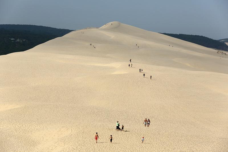 Ла-Тест-де-Бюш, Франция, 16 июля. Туристы поднимаются на вершину самой большой в Европе дюны в Пиле. Высота дюны 130 м, а ширина 500 м. Фото: NICOLAS TUCAT/AFP/Getty Images