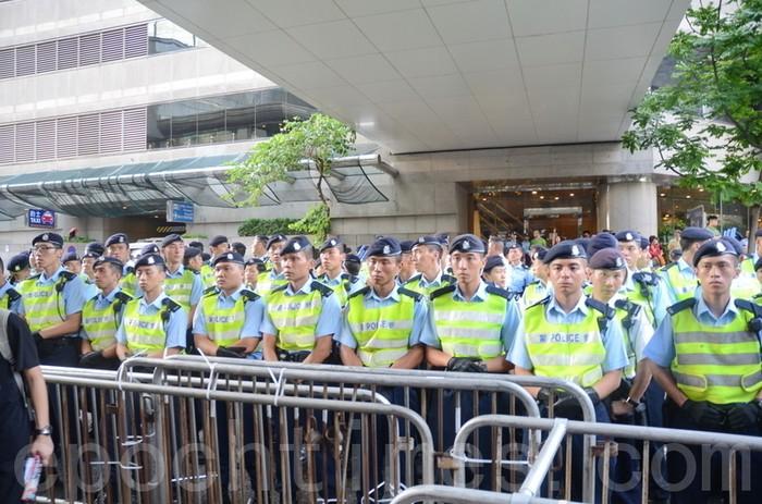 Кордон поліції біля входу в будівлю, де Ху Цзіньтао брав участь у бенкеті. Фото: Велика Епоха