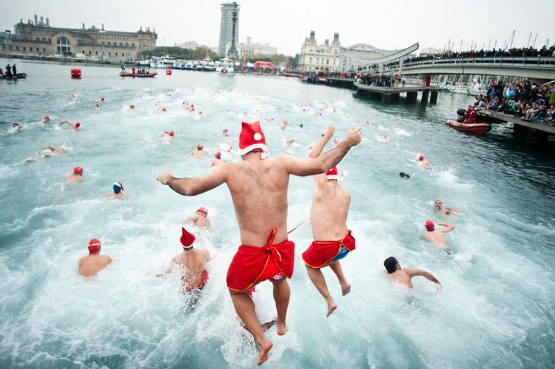 Барселона, Іспанія, 25грудня. У старій гавані відбувся сто третій новорічний заплив на дистанцію 200метрів. Фото: David Ramos/Getty Images