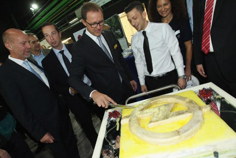 Рюссельсхайм, Германия, 22 сентября. Компания «Опель» отмечает 150-летие. Нынешний глава компании Томас Сердан разрезает торт с логотипом компании «Опель». Фото: Sean Gallup/Getty Images
