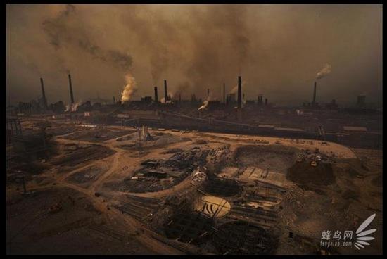 Металургійний завод повіту Шесянь провінції Хебей є джерелом сильного забруднення навколишнього середовища, що сильно впливає на здоров'я місцевих жителів. Територія заводу постійно розширюється. 18 березня 2008 р. Фото: Лу Гуан
