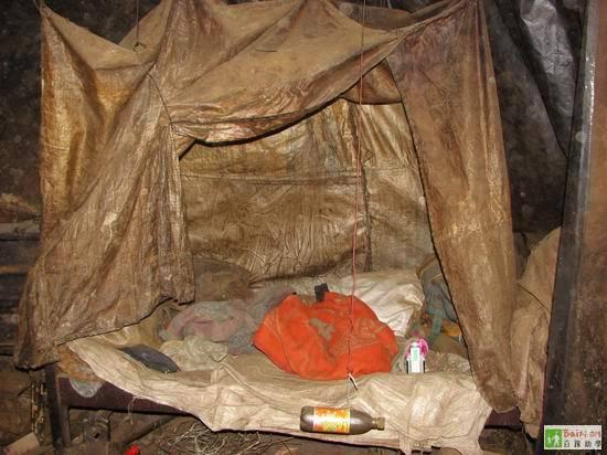 Над кроватями навес из полиэтиленовых мешков, что бы во время дождя не заливало водой. Провинция Сычуань. Фото с epochtimes.com