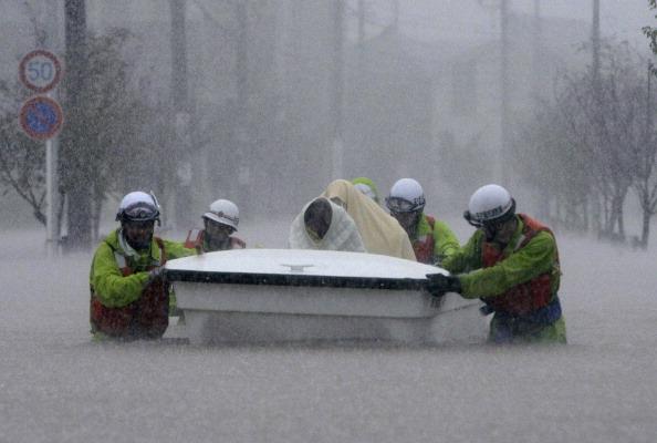 Спасатели эвакуируют в лодке жертв наводнения в городе Нагоя, префектуре Аити, в центральной части Японии 20 сентября 2011 года. Фото: Jiji Press/Getty Images