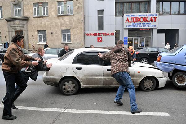 Преступник на белом Дэу Ланос врезался в Таврию, которая перекрыла ему дорогу. Фото: Владимир Бородин/The Epoch Times Украина