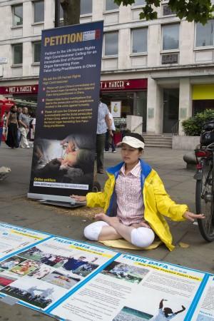 Лондон, Великобританія. Жінка сидить в медитації в день вшанування пам'яті загиблих послідовників Фалунь Дафа, 2013 рік. Фото: Велика Епоха