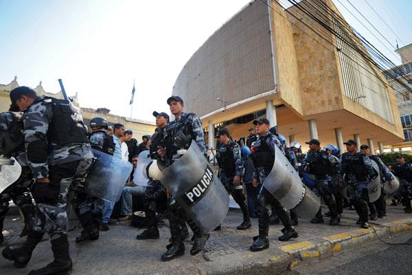 Гондурасский отряд спецназа занимает свою позицию возле здания Национального Конгресса в Тегусигальпе, столице Республики Гондурас. Депутаты начали обсуждение касательно восстановления свергнутого Президента Мануэля Селайя до окончания его официального ср