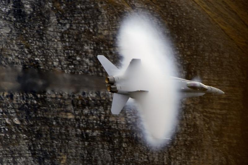 Кантон Берн, Швейцария, 11 октября. Истребитель F/A-18 Hornet участвует в показательных выступлениях военно-воздушных сил. Фото: FABRICE COFFRINI/AFP/GettyImages