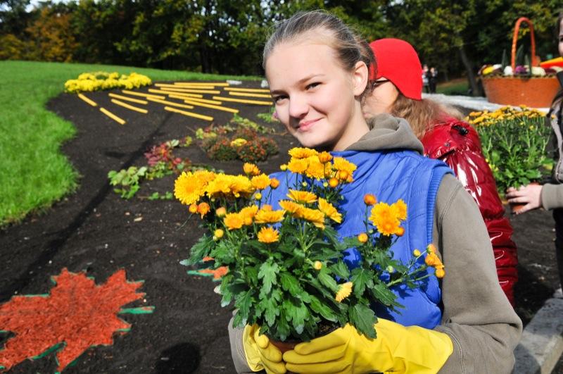 Школьница держит хризантемы для цветочной экспозиции на открытии выставки хризантем в Киеве. Фото: Владимир Бородин/The Epoch Times Украина