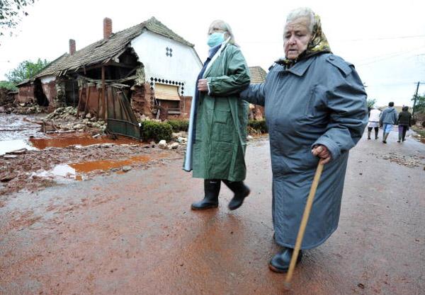Жителі повертаються, щоб перевірити свої будинки в Колонтар близько 160 км на південний захід від Будапешта. Фото: ATTILA KISBENEDEK/AFP/Getty Images