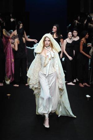 На неделе моды сезона весна-лето 2007 в Париже прошел показ коллекции французского дизайнера Эмерика Франсуа (Eymeric Francois) фото: MARTIN BUREAU/AFP/Getty Images)