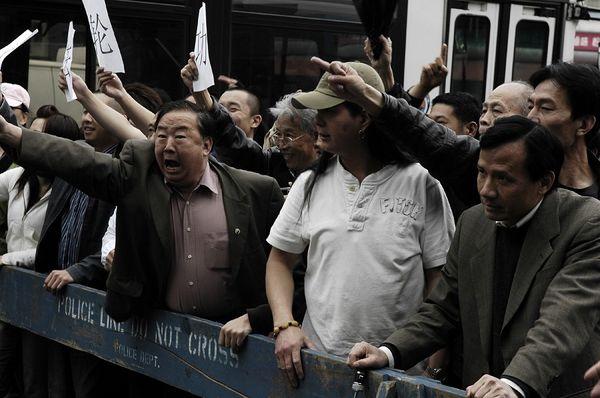 Нанятые китайской компартией китайцы в Нью-Йорке совершают нападки на мероприятия последователей Фалуньгун. Фото: The Epoch Times