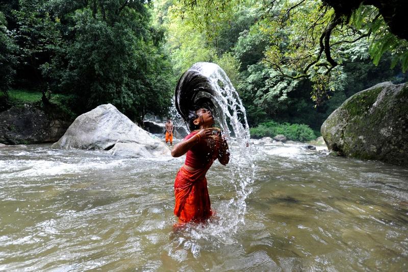 Катманду, Непал, 30 липня. Жінка купається в річці Багматі перед відвідуванням храму Шіви. Фото: PRAKASH MATHEMA/AFP/GettyImages