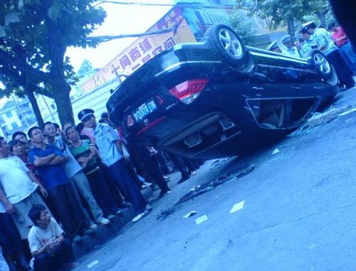 Пожилая женщина легла на капот машины, пытаясь таким образом остановить машину начальника Префектуры. Фото: С сайта epochtimes.com