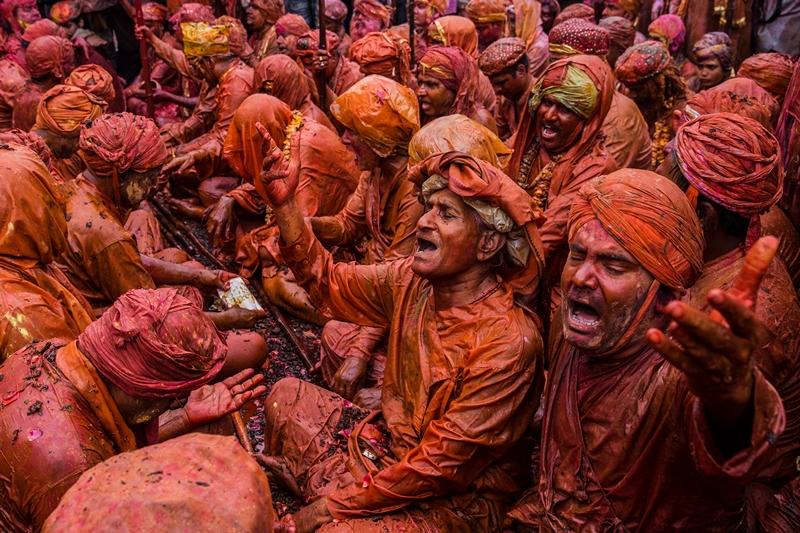 Нандгаон, Індія, 22 березня. Жителі країни відзначають свято весни або фестиваль фарб, під час якого посипають один одного різнобарвними порошками. Фото: Daniel Berehulak/Getty Images