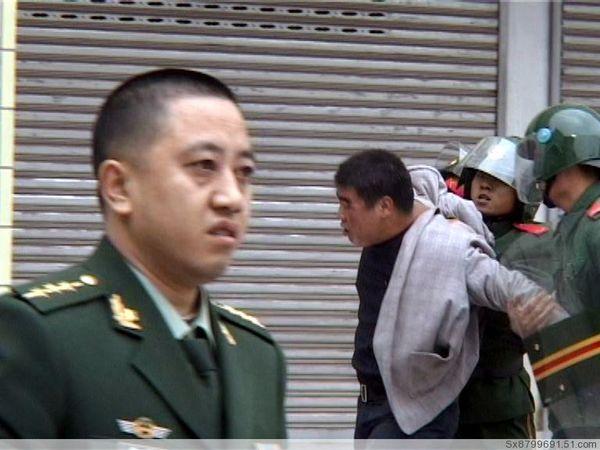 Полиция разгоняет участников протеста. 18 ноября. Город Луннань, провинция Ганьсу. Фото: The Epoch Times