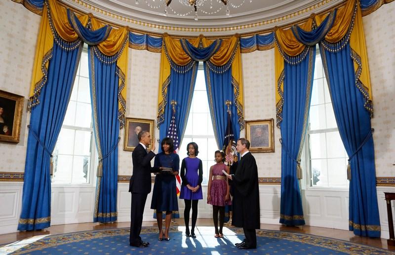 Вашингтон, США, 20 января. Президент Барак Обама принимает присягу перед церемонией инаугурации. Фото: Larry Downing — Pool/Getty Images