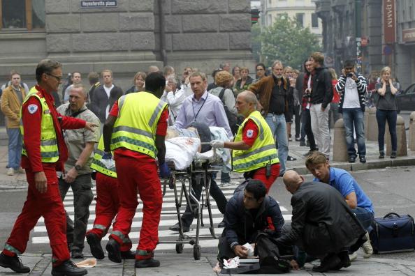 Два теракта потрясли Норвегию в пятницу, 22 июля. Первый произошел в правительственном квартале Осло, где взорвалась бомба. В результате 11 человек погибли, 20 ранены. Фото: Thomas Winje Oijord/Getty Images