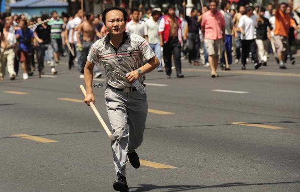 На улицы Урумчи вышли ханьцы с палками, чтобы отомстить уйгурам. 7 июля 2009 год. Фото: PETER PARKS/AFP/Getty Images