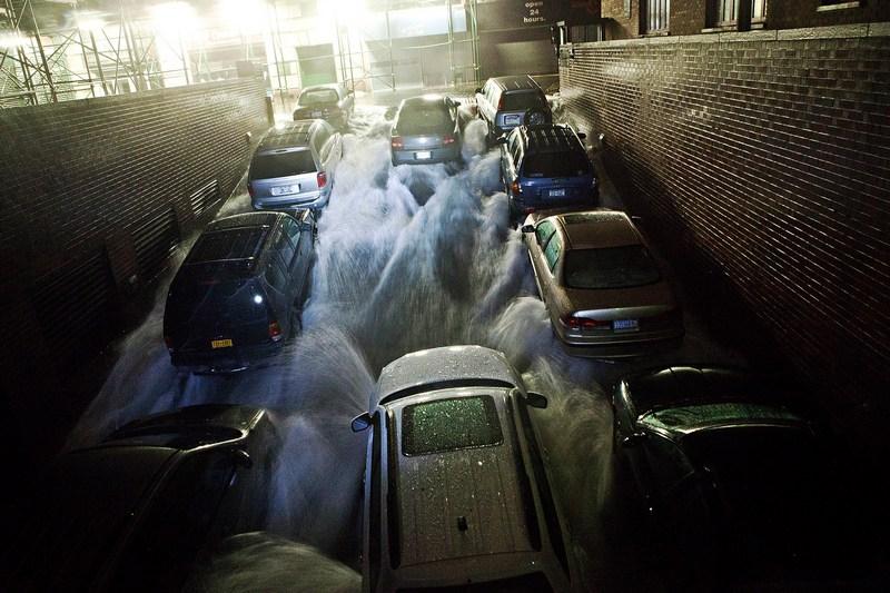 Нью-Йорк, США, 29 октября. Ураган «Сэнди» добрался до побережья страны. Вода заливает подземную парковку в финансовом квартале города. Фото: Andrew Burton/Getty Images