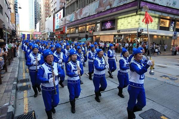 Шествие последователей Фалуньгун под девизом «Разложить КПК, пресечь репрессии». Гонконг. 12 июля 2009 год. Фото: Ли Мин/The Epoch Times