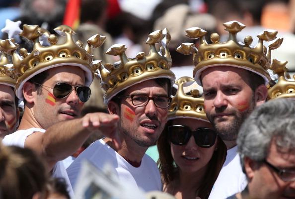 Іспанці прийшли на урочистості з приводу коронації Феліпе VI. Фото: Christopher Furlong/Getty Images