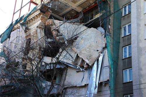 В центре Харькова рухнула стена дома. Фото: ИА «Новый мост»