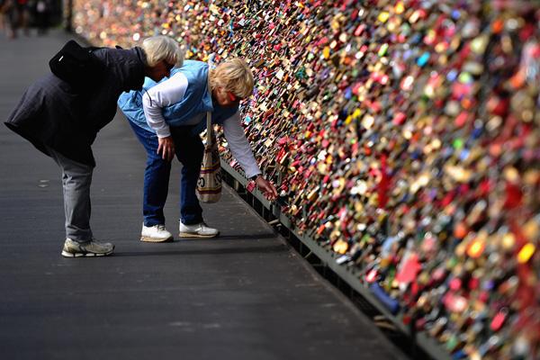 Замочки как символы любви на перилах моста в Кельне. Фото: Dennis Grombkowski/Getty Images