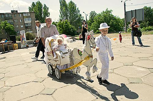 Паради дитячих колясок пройшли на святі дитячого сміху в Києві, Запоріжжі й Сімферополі. Фото: zp.kp.ua