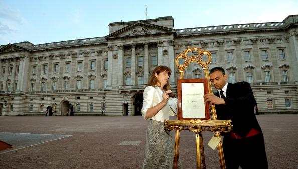Оглашение о рождении сына Миддлтон выставили во дворе Букингемского дворца на мольберте. Фото: JOHN STILLWELL/AFP/Getty Image
