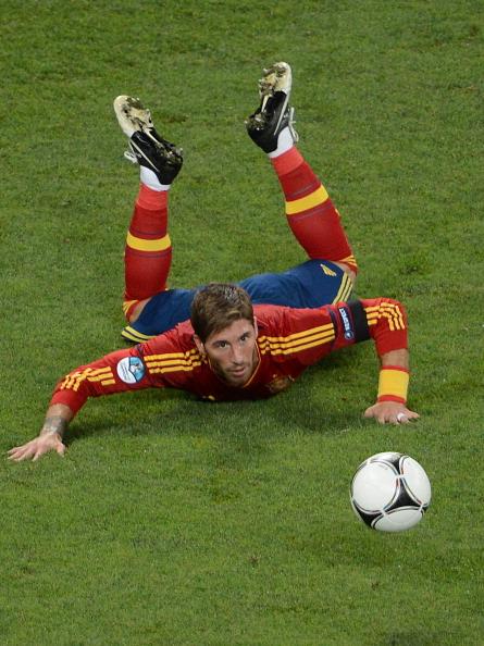 Іспанський захисник Серхіо Рамос проводить очима м'яч під час півфінального матчу його збірної проти Португалії 27червня 2012у Донецьку. Фото: ANNE-CHRISTINE POUJOULAT/AFP/Getty Images