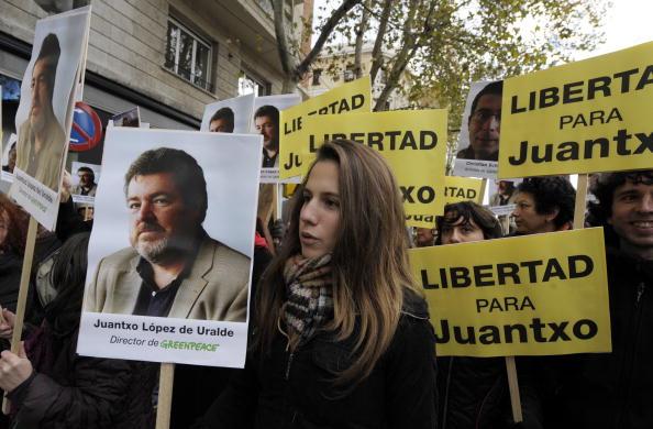 Члены организации Гринпис возле датского посольства в Мадриде требуют освобождения активистов, арестованных во время последнего климатического саммита в Копенгагене.Фото: JAVIER SORIANO/AFP/Getty Images