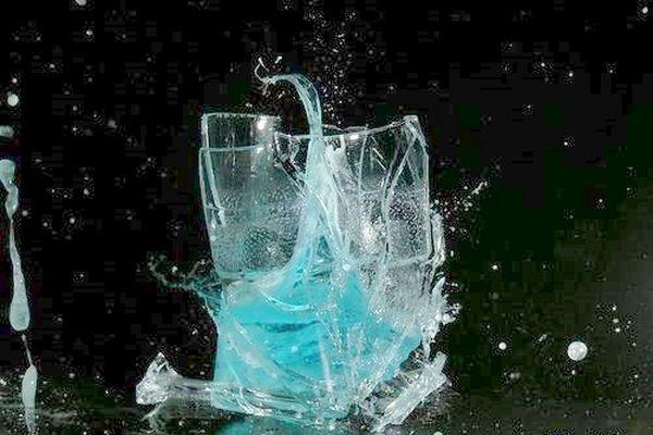 Разбивающийся стакан с жидкостью, упавший с высоты 2,5 м. Фото с epochtimes.com